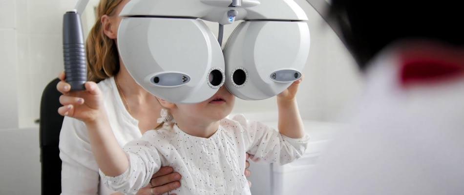 Visita oculistica ad una bambina